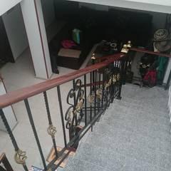Escaleras prefabricadas concreto: Pasillos y vestíbulos de estilo  por MVP arquitectos