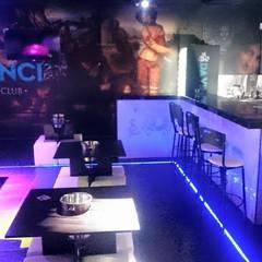 DISEÑO DE BARRA Y JUEGO DE LUCES EN PISO.: Bares y discotecas de estilo  por MVP arquitectos
