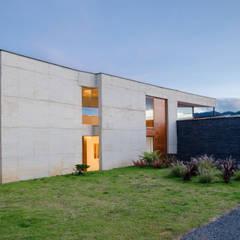 CASA ENTREJARDINES: Casas de estilo  por PLANTA BAJA ESTUDIO DE ARQUITECTURA, Tropical