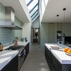 Cucina in stile in stile Moderno di ScanaBouw BV