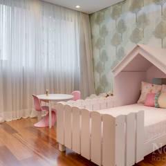 Quarto Filha: Quarto infantil  por Claudia Guerios Arquitetura e Interiores
