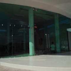 Trabajos: Clínicas / Consultorios Médicos de estilo  por aluminio arquitectonico residencial, Clásico