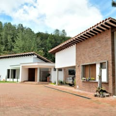 Casa Restrepo Botero: Casas de estilo  por WVARQUITECTOS, Clásico