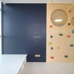 집안에 가족의 놀이공간 만들기_68py: 홍예디자인의  아이방