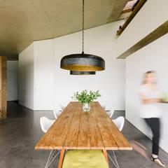 Casa Varatojo : Salas de jantar  por Atelier Data Lda