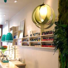 Le monde à mes pieds - Institut de beauté et de bien-être: Locaux commerciaux & Magasins de style  par Justine Démas ⚡ studio de design