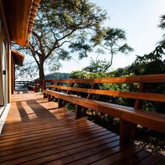 Terrazas de estilo  por L2 Arquitetura, Rural