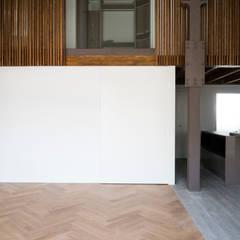 MAR House: Paredes de estilo  de Singularq Architecture Lab