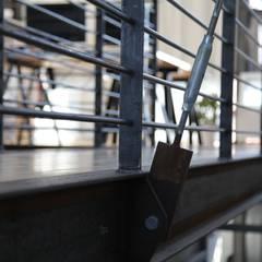 Detail des abgehängten Steges:  Flur & Diele von buttler architekten
