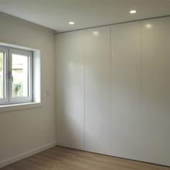 Dressing room by ASVS Arquitectos Associados, Minimalist