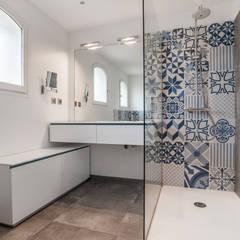 Salle de bains et carreaux ciment bleus: Salle de bain de style  par Pixcity