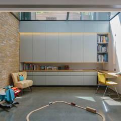 Brackenbury House:  Media room by Neil Dusheiko Architects,