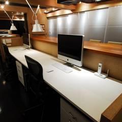 ミズタニ デザイン スタジオ+水谷邸: ミズタニ デザイン スタジオが手掛けた書斎です。,ミニマル 木材・プラスチック複合ボード
