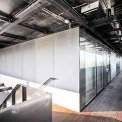 Appartementencomplex met zorgfuncties in de plint :  Gang en hal door JMW architecten