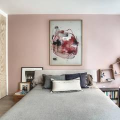 APPARTEMENT BOHEME CHIC AU MASCULIN: Chambre de style  par cristina velani