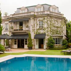 French Chateaux: Casas  por Allan Malouf Arquitetura e Interiores
