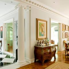 French Chateaux: Paredes  por Allan Malouf Arquitetura e Interiores