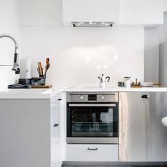 Minimalistische Eck-Küche:  Küche von Baltic Design Shop