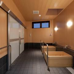 浴室: 宮田建築設計室が手掛けた医療機関です。