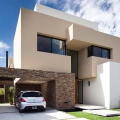 CASA JN: Casas de estilo  por Speziale Linares arquitectos