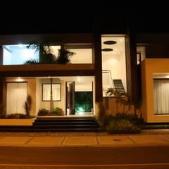 Casa Salazar: Casas de estilo  por Camilo Pulido Arquitectos