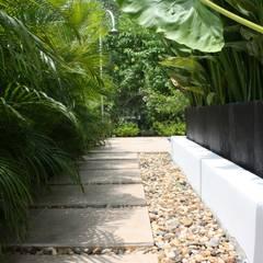 Texturas de piso espacios perimetrales piscina.: Jardines de estilo  por Camilo Pulido Arquitectos