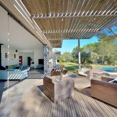 MAISON DEDANS-DEHORS: Terrasse de style  par JOSE MARCOS ARCHITECTEUR,