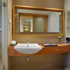 Hotels & Resorts Modern bathroom by Prabu Shankar Photography Modern