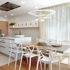 VIVIENDA UNIFAMILIAR MARESME: Cocinas de estilo  de Molins Interiors