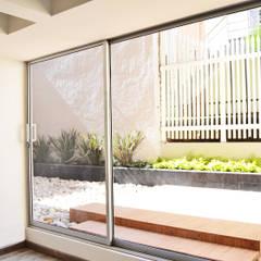 APARTAMENTO 62: Jardines de estilo  por santiago dussan architecture & Interior design,