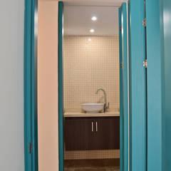 APARTAMENTO 62: Baños de estilo  por santiago dussan architecture & Interior design, Ecléctico