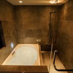 フロアごとに異なる顔を持つ遊び心満載の住まい: QUALIAが手掛けた浴室です。