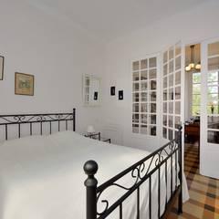RÉNOVATION D'UNE MAISON CÉVENOLE: Chambre de style  par JOSE MARCOS ARCHITECTEUR