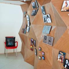 Muro de exposición de cuadros Oficinas y comercios de estilo moderno de somos2 Moderno