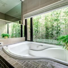 光と風、緑を楽しむ都市の家: TERAJIMA ARCHITECTSが手掛けた浴室です。