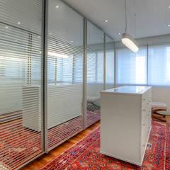 Dressing room by VL Arquitetura e Interiores