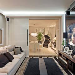 Casa Tripoli: Salas multimídia  por Arquiteto Aquiles Nícolas Kílaris
