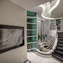 Casa Tripoli: Corredores e halls de entrada  por Arquiteto Aquiles Nícolas Kílaris