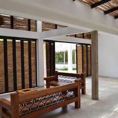 CASA DEL BOSQUE: Salas de estilo  por santiago dussan architecture & Interior design, Minimalista