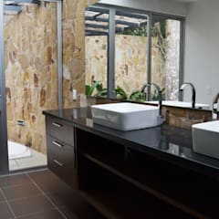 CASA DEL BOSQUE: Baños de estilo  por santiago dussan architecture & Interior design