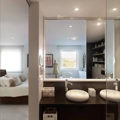 Reforma de piso en Santiago de Compostela: Baños de estilo  de Interior Zen. Obras e Proxectos