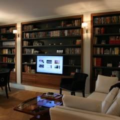 Mieszkanie obok Łazienek Klasyczny pokój multimedialny od Sic! Zuzanna Dziurawiec Klasyczny Drewno O efekcie drewna