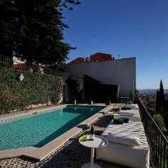 Torel palace LX: Piscinas de jardim  por isabel Sá Nogueira Design
