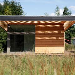 Vordach & Glasfassade / Canopy & Glas Elevation:  Terrasse von SOMMERHAUS PIU