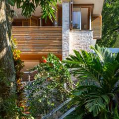 Casas unifamilares de estilo  de Maria Claudia Faro, Tropical Ladrillos