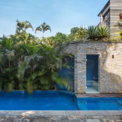 Hồ bơi trong vườn theo Maria Claudia Faro,
