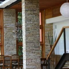 ห้องทานข้าว โดย Maria Claudia Faro, ทรอปิคอล หิน