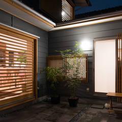 石畳み中庭: FAD建築事務所が手掛けたテラス・ベランダです。,