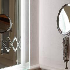MEVEDO mirror with led light: Centri congressi in stile  di Lineabeta