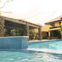 jacuzzi: tropisch Zwembad door architectenbureau Aerlant Cloin BNA